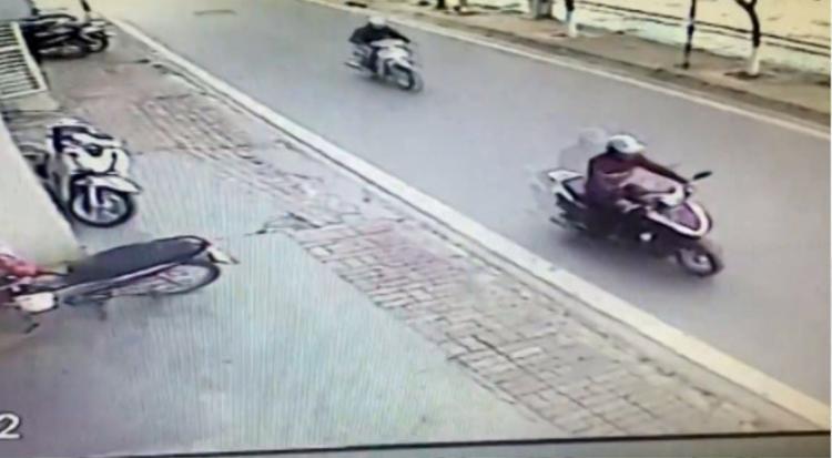 Nam thanh niên lấy cắp chiếc xe máy Honda Lead chỉ trong vài giây.