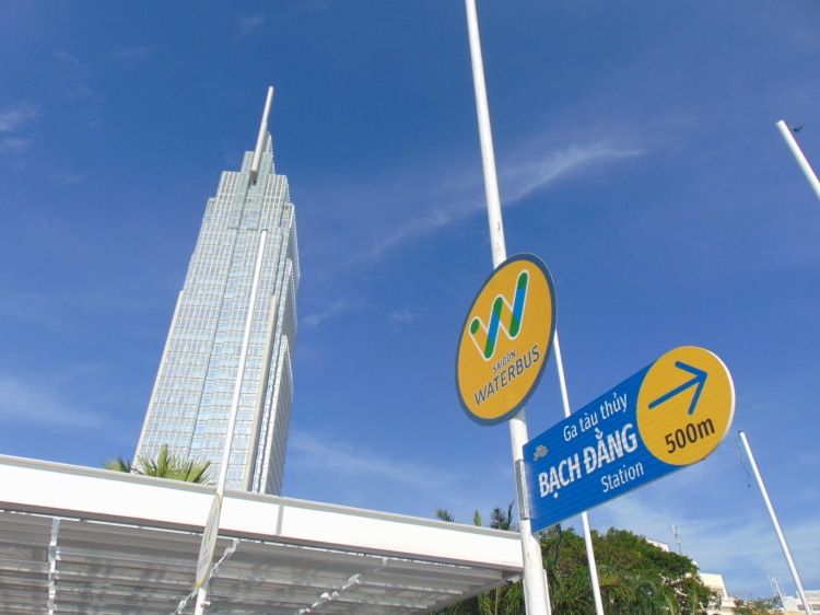 Tất cả biển hiệu đều được ghi song ngữ, tạo thuận tiện cho khách nước ngoài.
