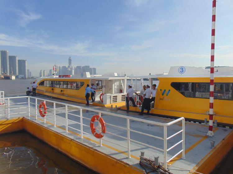 Hiện tại có 3 tàu buýt được đưa vào hoạt động, mỗi tàu có sức chứa 80 chỗ ngồi, giá vé 15.000 đồng/lượt.