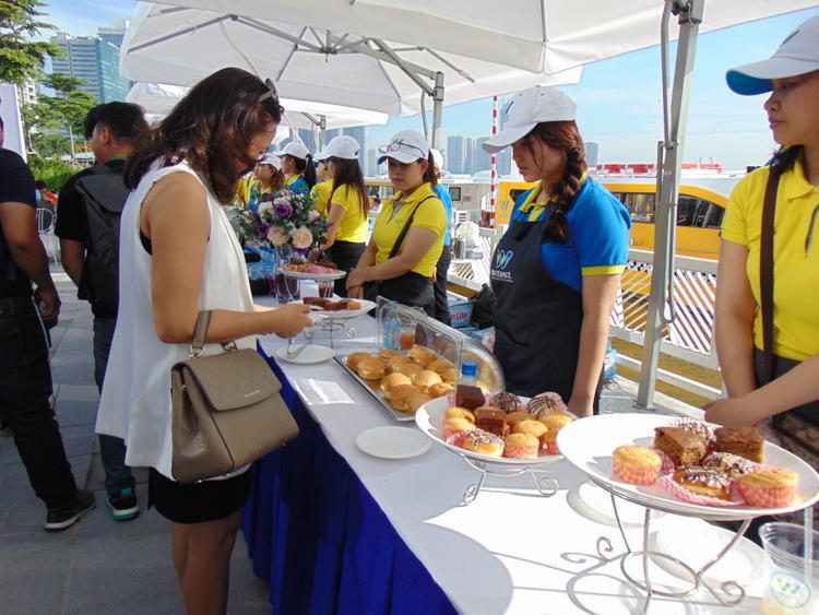 Quầy hỗ trợ bến tàu có sẵn thức ăn và đồ uống cho du khách.