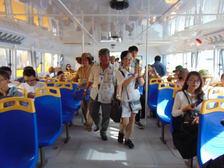 Bên trong khoang hành khách được trang bị máy lạnh và ghế ngồi êm ái.