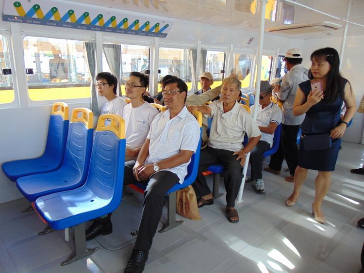 Khoảng cách giữa các ghế rất rộng thoáng, tạo không gian mở dễ đi lại.