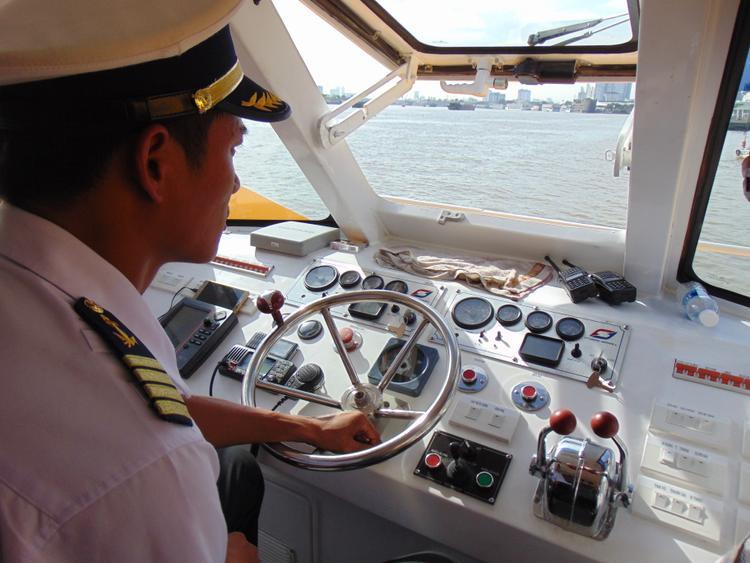 Hệ thống điều khiển của tàu được gắn nhãn tiếng Việt rất trực quan, giúp tàu trưởng dễ dàng điều khiển.
