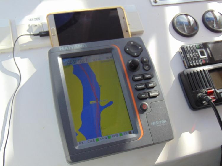 Trên tàu được trang bị hệ thống định vị giúp tàu trưởng dễ dàng định hướng và xác định được vị trí.