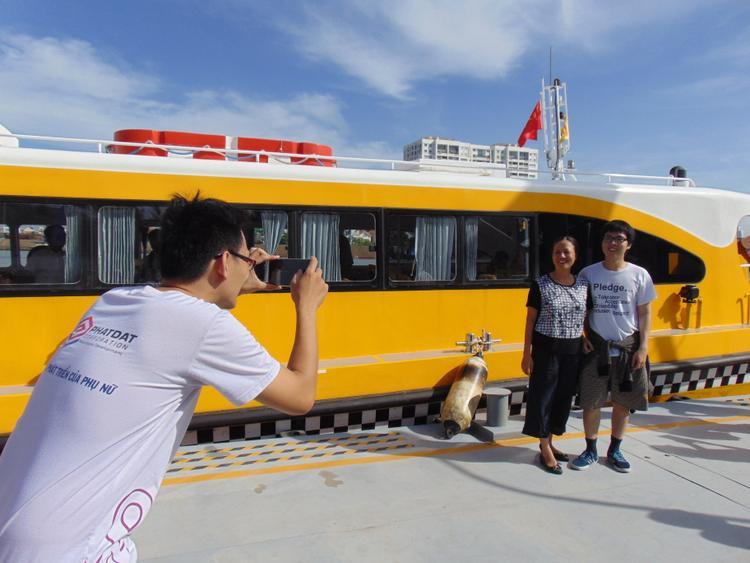 Người dân chụp ảnh lưu niệm tại bến tàu.