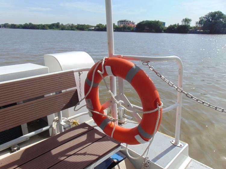 Phao cứu sinh được trang bị ở góc tàu.