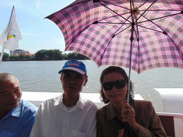"""Ông bà Nguyễn Văn Huấn (80 tuổi, nhà ở quận Thủ Đức) rất hào hứng với buýt đường sông. """"Đi lại bằng phương tiện này giúp tiết kiệm chi phí và thời gian, trong tương lai tôi sẽ thường xuyên lựa chọn buýt đường sông"""", ông cho biết."""