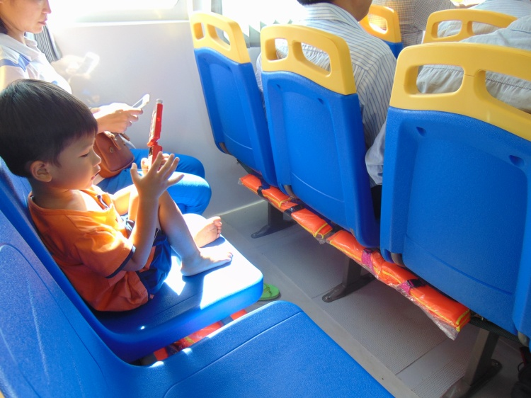 Dưới mỗi ghế ngồi đều có áo phao phòng trường hợp khẩn cấp.