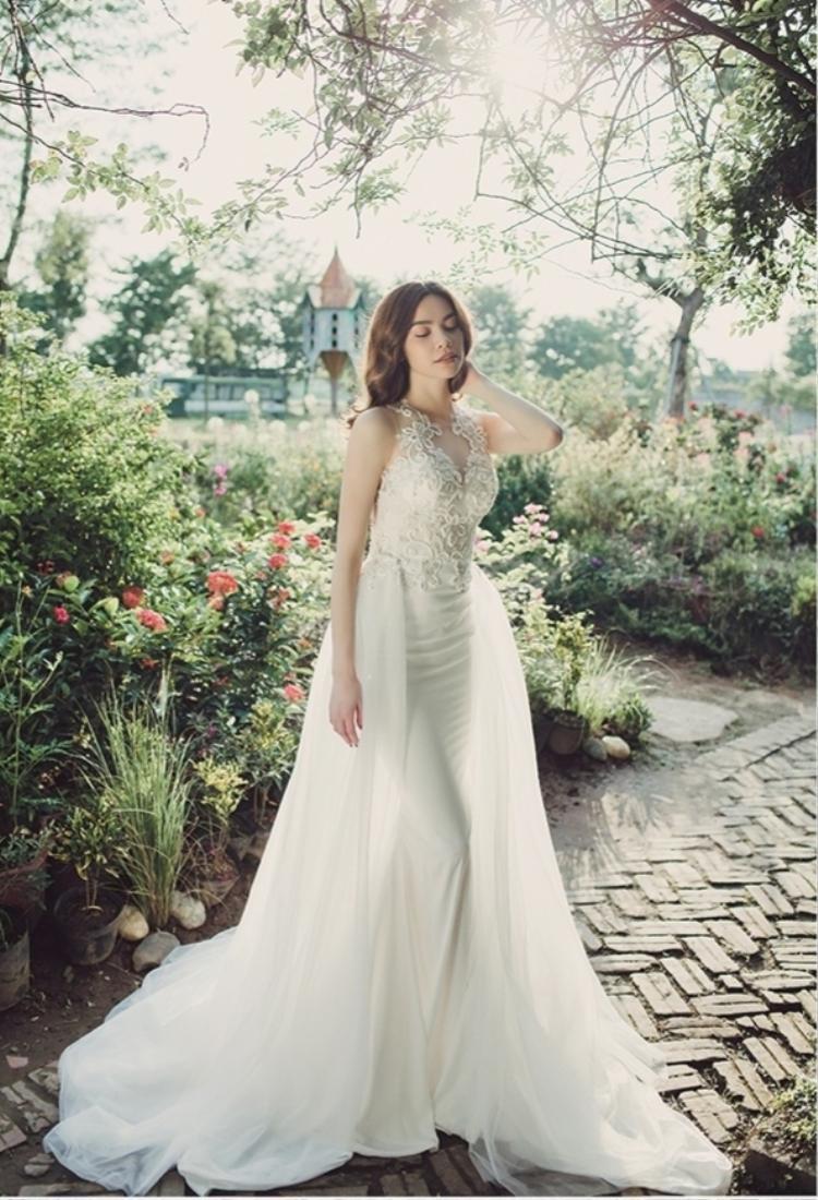 Diện mẫu váy trắng với phần đuôi chiffon, nữ ca sĩ trông thật thanh tao và nhẹ nhàng.