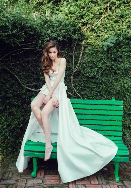 Tuy nhiên, phần tùng váy dài phía sau góp phần mang đến nét duyên dàng, nữ tính cho những cô dâu trong ngày trọng đại của đời mình.