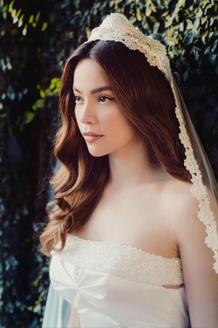 Diện váy cưới trắng tinh khôi, Hồ Ngọc Hà hóa cô dâu kiều diễm
