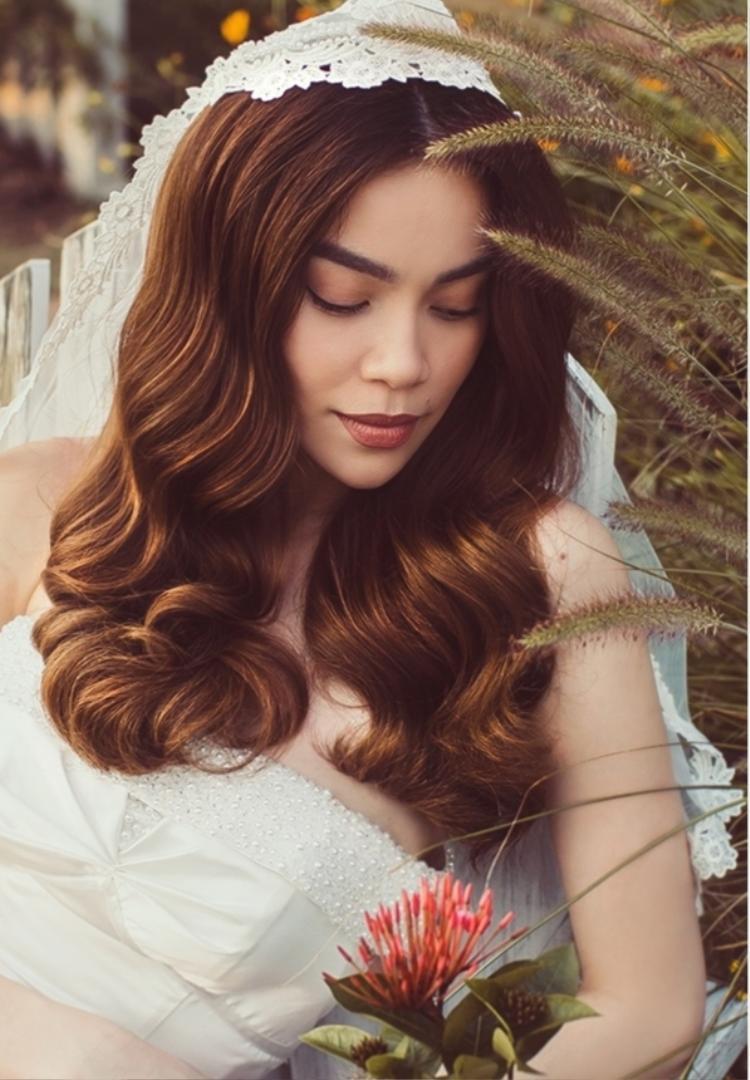 """Kết hợp cùng đầm trắng tinh khôi là lúp voan trắng. Tổng thể hài hoà tôn vẻ đẹp sắc nét của """"cô dâu"""" trong thước hình."""