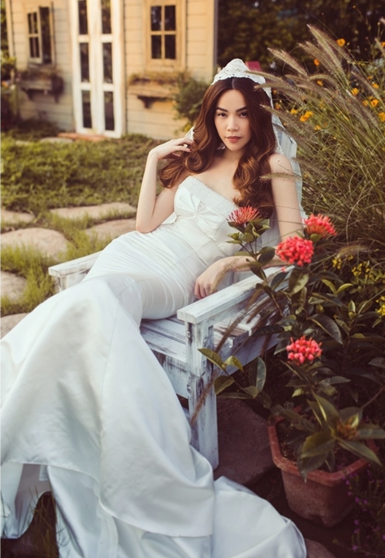 Thiết kế váy cưới dáng đuôi cá, khoe vai trần được giọng ca sinh năm 1984 ưa chuộng, nhằm tôn vóc dáng hoàn hảo của cô trong bộ ảnh.