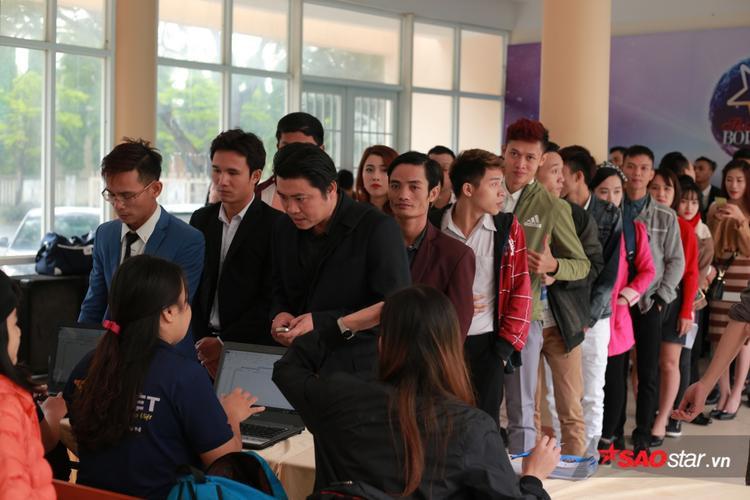 Bắt đầu từ 8h, rất đông thí sinh đã tập trung đăng ký hồ sơ dự thi.