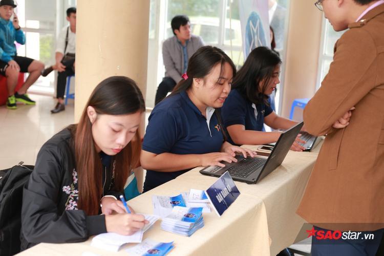 Đội ngũ nhân viên làm việc hết công suất để đảm bảo thời gian dự thi cho các thí sinh.