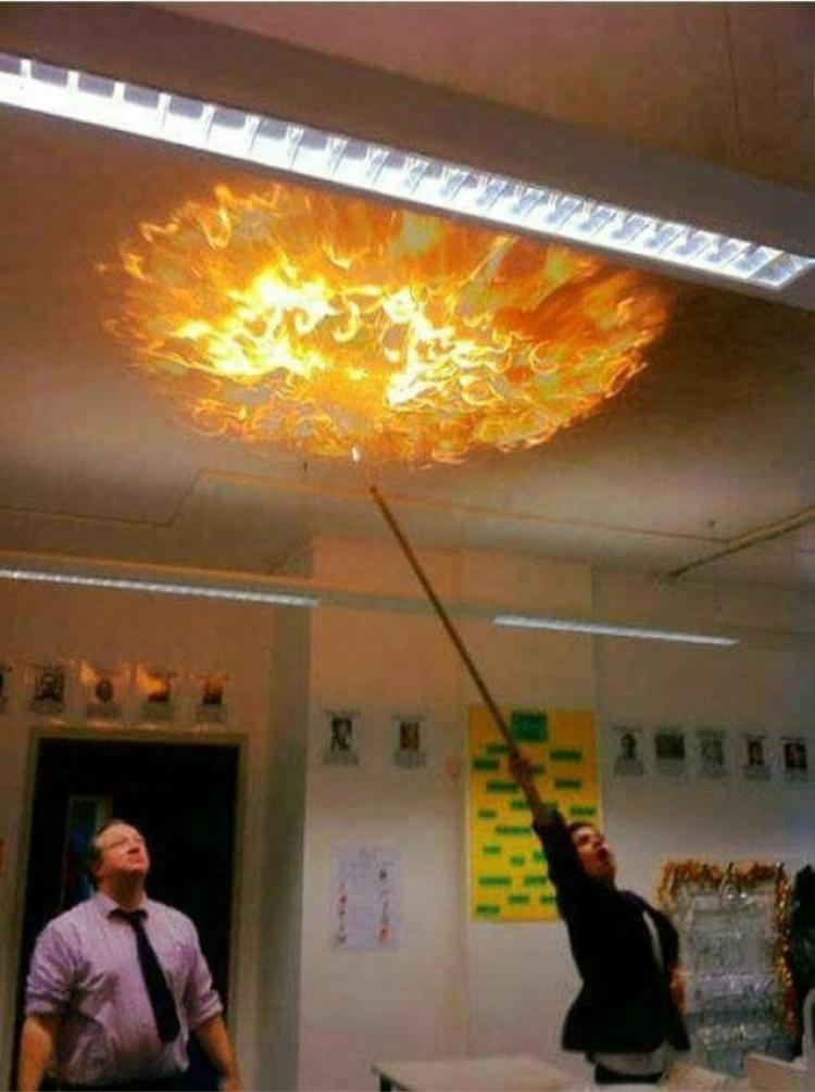 """Để môn Hóa không còn """"khó nhằn"""", thầy giáo đã quyết định thực hiện thí nghiệm """"đốt trần nhà""""."""