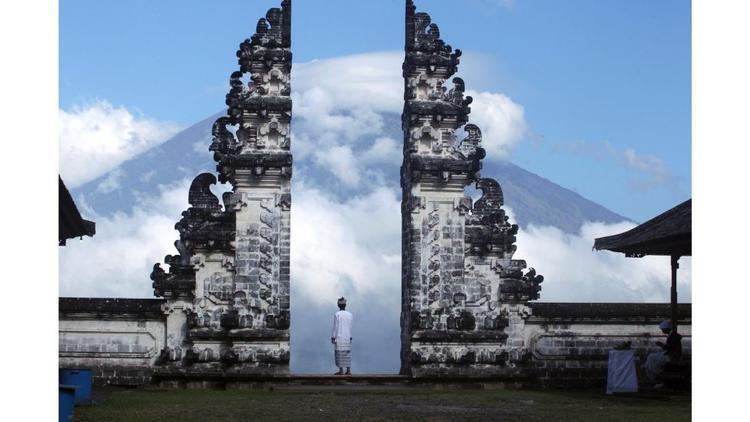 Karangasem, Bali: Một người đàn ông đang lo lắng núi lửa Agung có thể hoạt động trở lại.