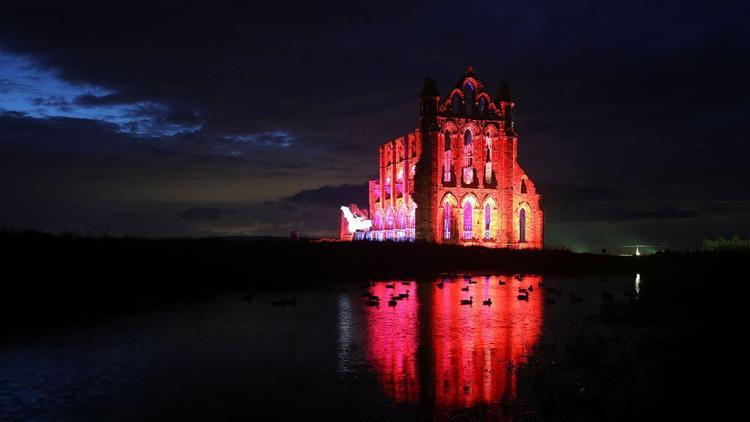 Whitby, Vương quốc Anh: Whitby Abbey ở North Yorkshire, nước Anh, được thắp sáng để chào mừng Halloween.