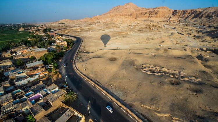 Luxor, Ai Cập: Đền thờ Mortuary của Hatshepsut (trên bên phải) và ngôi đền Ramesseum được nhìn thấy từ một khinh khí cầu.