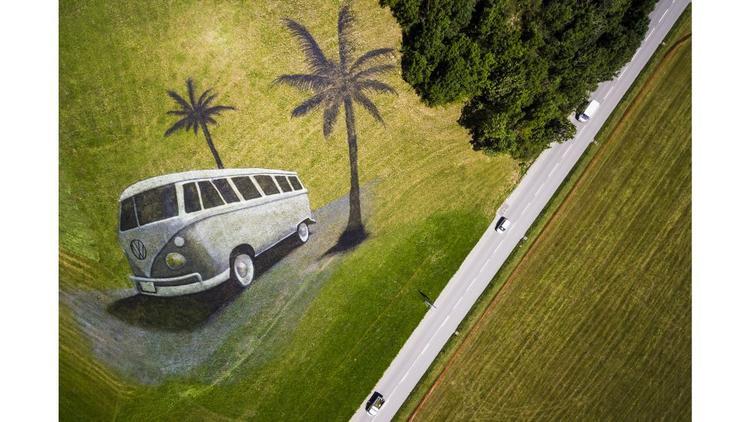 Chateau d'Oex, Thụy Sĩ: Một bức vẽ nghệ thuật trên đồi của nghệ sĩ người Pháp mô tả một chiếc xe Volkswagen cổ điển. Tác phẩm nghệ thuật này trải dài trên 4.200 m2 và sử dụng hơn 400 lít sơn phân hủy sinh học để chào mừng lễ hội VW quốc tế.