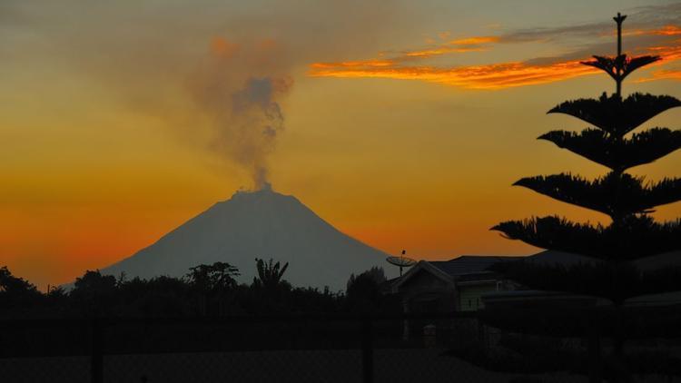 Kabanjahe, Indonesia: Núi lửa Sinabung hoạt động vào ngày 23/7/2017, phát tán tro bụi và khói lên đến 4 km. Ngọn núi lửa nằm im suốt 400 năm trước khi nó bắt đầu phun trào vào năm 2010.
