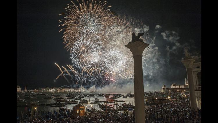 Venice, Italy: Pháo hoa St Mark trong khi tổ chức lễ kỷ niệm để đánh dấu Redentore - một lễ tạ ơn hàng năm vào tháng 7 để nhắc lại sự chấm dứt dịch bệnh dịch hạch ở Venice từ năm 1575 đến năm 1577.
