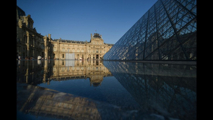 Paris: Năm 2016, Bảo tàng Louvre là viện bảo tàng thu hút du lịch nhiều thứ ba trên thế giới, đón nhận 7,4 triệu du khách.