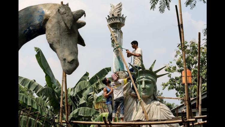 Jakarta: Một bản sao quy mô lớn của Tượng Nữ thần Tự do được đặt tại một công viên công cộng ở Jakarta. Các tác phẩm điêu khắc được báo cáo đã có chi phí khoảng $17,000 (khoảng 390 triệu đồng).