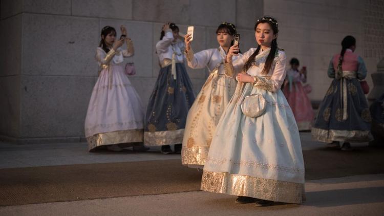 Seoul: Một nhóm phụ nữ Hàn Quốc mặc trang phục hanbok truyền thống chụp hình 'selfie' bên ngoài cung điện Gyeongbokgung.