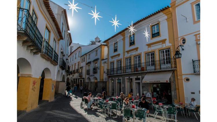 Evora, Bồ Đào Nha: có trung tâm lịch sử được UNESCO công nhận là di sản thế giới, là một điểm dừng chân chính trên con đường rượu vang Alentejo.