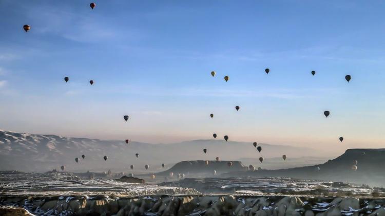 Cappadocia, Thổ Nhĩ Kỳ: Khinh khí cầu là hoạt động du lịch phổ biến ở Cappadocia, Di sản Thế giới được UNESCO công nhận. Khu vực này đặc trưng bởi một cảnh quan núi lửa đặc biệt và mạng lưới nhà ở dưới lòng đất.