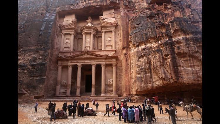 Petra, Jordan: Tòa nhà cao 43 mét ở Al-Khazneh, là một trong những điểm tham quan đầu tiên chào đón du khách đến thành phố Petra của người Jordan, được xây dựng cách đây hơn 2.000 năm bởi người Nabatae.