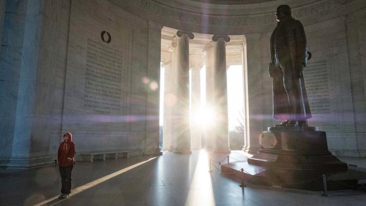 Washington: Một du khách thăm Nhà Tưởng niệm Jefferson.