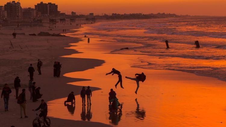 Thành phố Gaza: Người Palestine tận hưởng hoàng hôn trên một trong những bãi biển của thành phố. Thành phố Gaza có khoảng nửa triệu người.