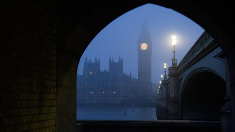 Phía nam nước Anh bao bọc bởi sương mù vào giữa tháng Giêng, với Tòa Nhà Quốc hội London và Tháp Elizabeth - được biết đến nhiều hơn là Big Ben.