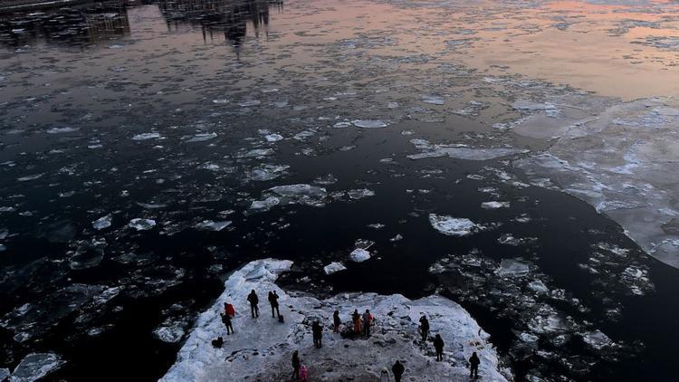 Budapest, Hungary: Thời tiết lạnh cũng ập đến Budapest vào giữa tháng 1, nơi những người đi bộ tập trung dưới những trụ đá của cây cầu Margaret để chụp ảnh những tảng băng nổi trên sông Danube.