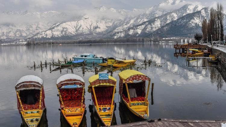 Srinagar, Kashmir: Các tàu gỗshikara truyền thống neo đậu tại điểm du lịch nổi tiếng của Hồ Dal. Xa xa là dãy núi Zabarwan.
