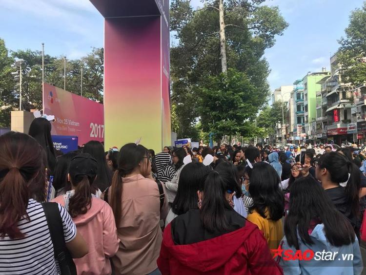 Fan tập trung từ sớm ngay trước cổng nhà hát Hoà Bình.