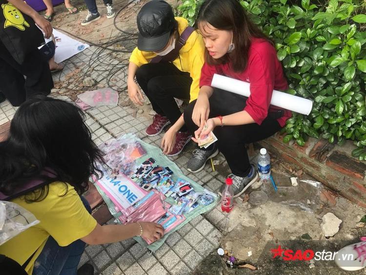 Các mặt hàng lưu niệm được bày bán trước khuôn viên nhà hát Hoà Bình thu hút sự quan tâm của các fan K-pop.