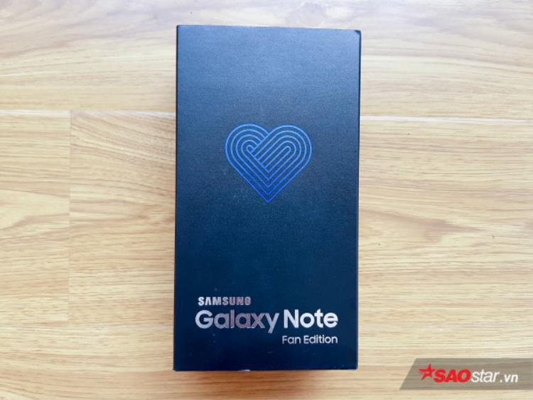 Hộp máy Note FE in hình một trái tim cách điệu.