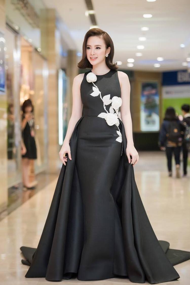 Angela Phương Trinh nằm trong danh sách những người đẹp có gout thời trang già dặn hơn nhiều so với tuổi đời của mình. Trong bộ đầm đen này, với kiểu tóc này trông cô nàng sinh năm 1995 như một quý bà đúng nghĩa.