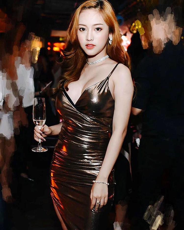 """Thúy Vi - hot girl Cà Mau nổi tiếng từ khi """"chen ngang"""" chuyện tình khiến của Midu - Phan Thành cũng là một trong những người mẫu có tuổi đời trẻ nhưng lại có gout thời trang vô cùng già dặn."""