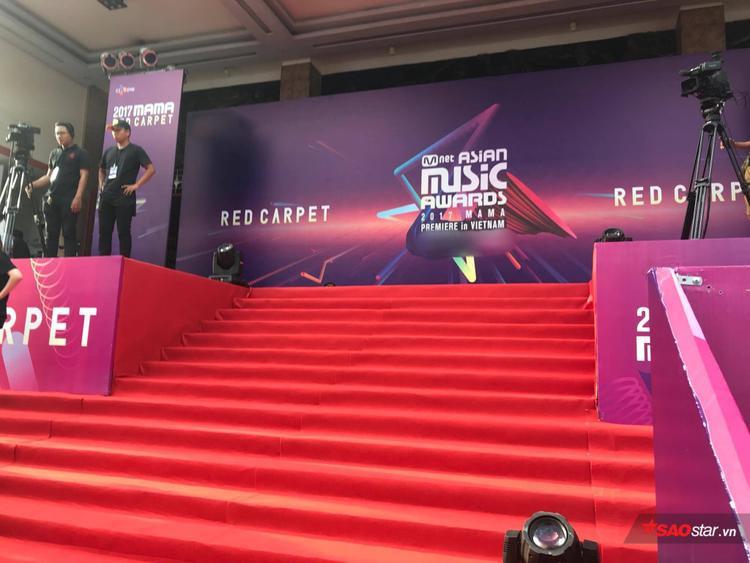 Thảm đỏ MAMA 2017: Host Thu Minh cực trẻ trung, Wanna One và Seventeen gây sốt vì vẻ điển trai hút hồn