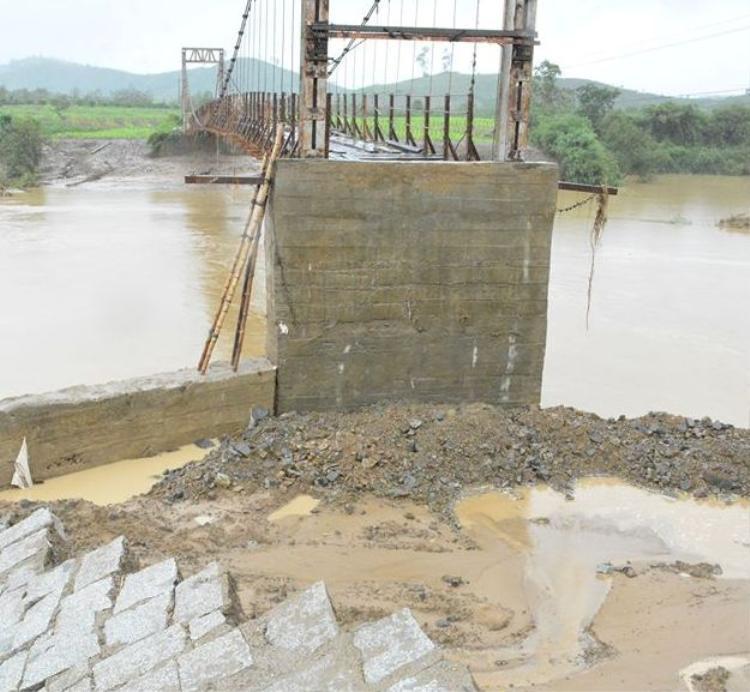 Hơn 1.000 hộ dân tại 6 thôn bị cô lập khi mố cầu treo sập.