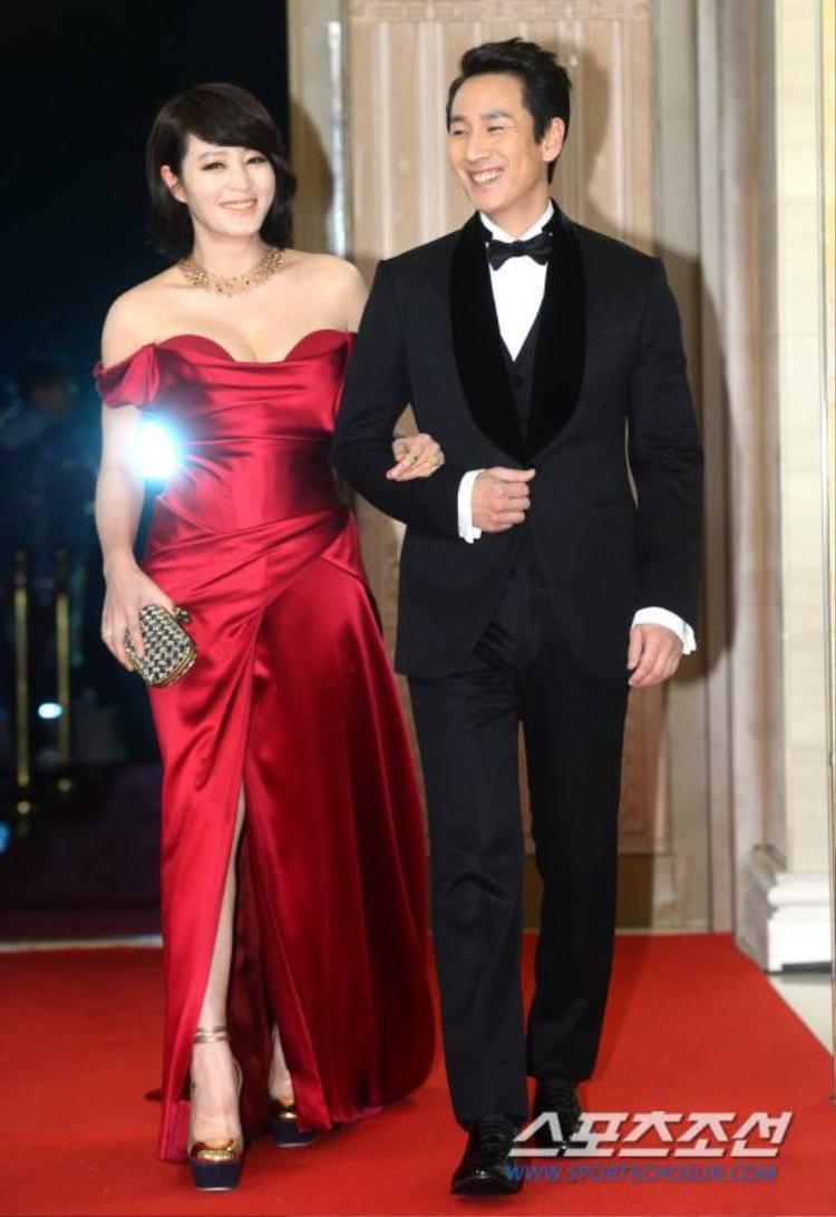Hai MC chủ trì sự kiện: Kim Hye Soo và Lee Sun Gyu rạng rỡ khoác tay nhau trên thảm đỏ.