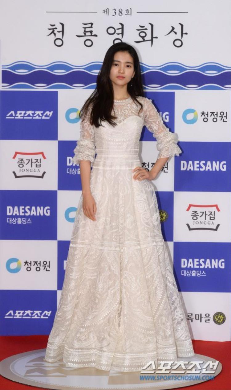 Lee Tae Ri duyên dáng như một nàng công chúa trong chiếc đầm ren cổ điển.