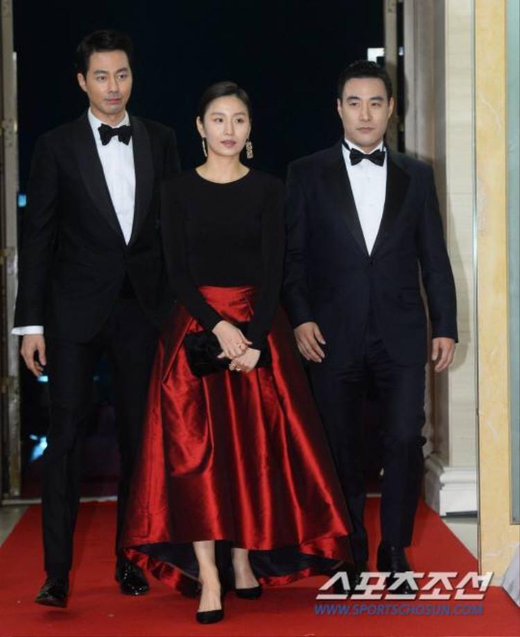 Kim So Jin được hai nam tài tử điển trai Jo In Sung và Bae Sung Woo hộ tống trên thảm đỏ