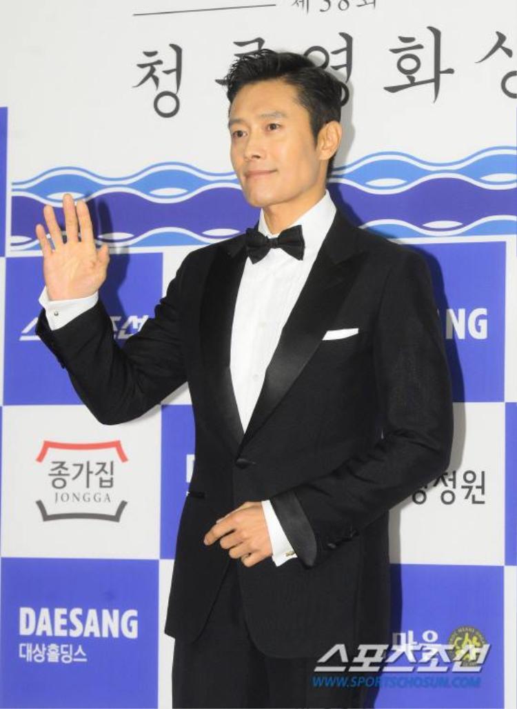 Nam tài tử Lee Byung Hun xuất hiện bảnh bao trong bộ vest đen.
