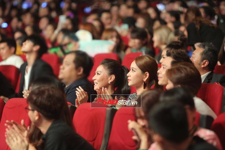 Thu Minh và Chi Pu ngồi cạnh nhau trong buổi trao giải MAMA 2017.