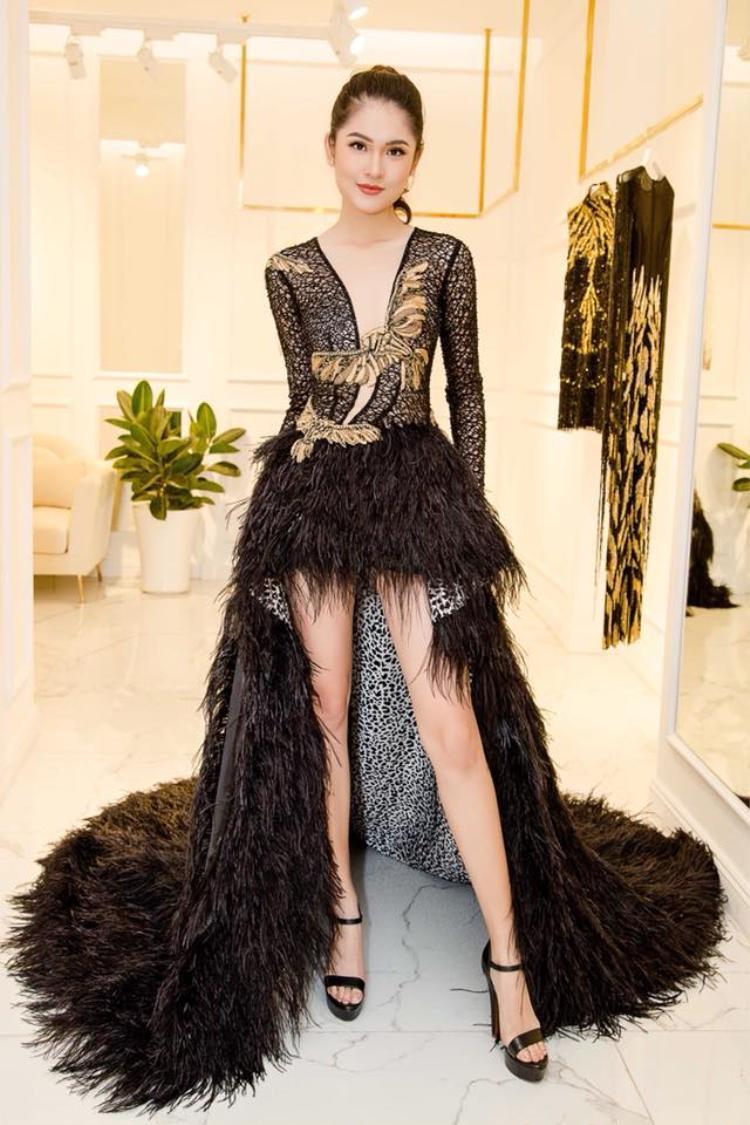 Vóc dáng khiêm tốn của Thuỳ Dung bị cho là chưa phù hợp với bộ trang phục sang chảnh.